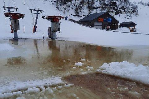 INNSJØ: Innsjøen nederst i Ålsheia er pumpet bort, men det er fortsatt usikkert hvor mye av anlegget i Tjørhomfjellet som kan holde åpent den kommende uken.