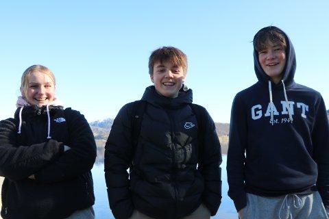 Snøen ligger fremdeles på fjellene, men femtenåringene Tilde Nevland (fra venstre), Benjamin Ekeberg og Jonas Aksnes har allerede innviet badesesongen.