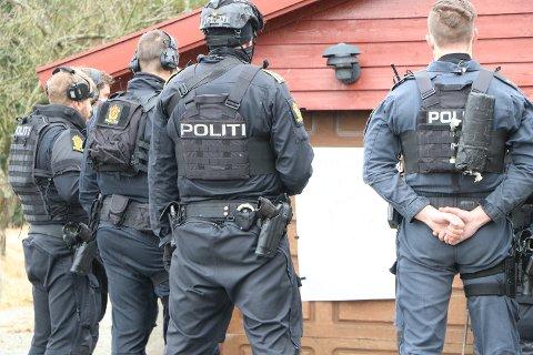 Væpnet politi har tatt oppstilling i forkant av en øvelse på Bråstein. Huset de har tatt oppstilling ved, er ikke det samme som brukes i øvelsen.