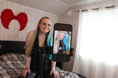 one Simoné Husabø har flere hundre som betaler for å se henne foran kamera. Men å se på bildene som skulle brukes i denne saken, synes hun som intervjuobjekt flest at var ganske kleint.