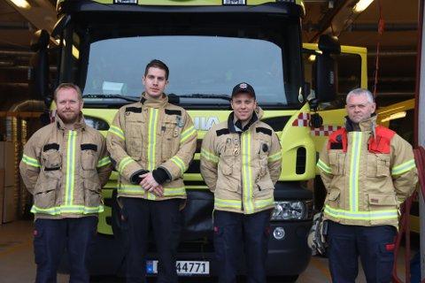 Brannkonstablane Stian Anda (f.v.), David Helland, Daniel Mangerdsnes og brannmester Rune Nedrebø er klare til å rykka ut på jobb om det skulle vera behov for det denne veka.