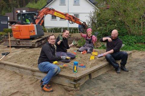 Indra Ravndal, Trond Ellingsen, Therese Abrahamsen og Kim Vikman er blant de som har gjort en innsats for å oppgradere den lokale lekeplassen.