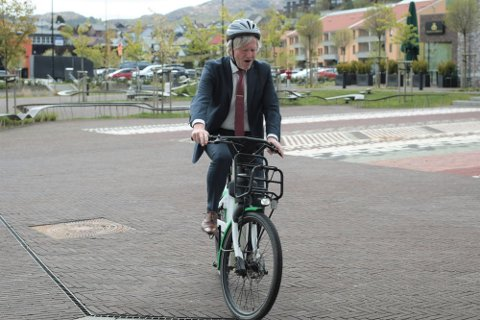 Ordfører Frode Fjeldsbø, som her tester ut bysyklene i Ålgård sentrum, sier han bruker hjelm i de aller fleste tilfeller. – Men én gang har jeg glemt hjelm. Jeg var stresset og på vei til valgkamp. I Nesebakken gjorde en bekjent av meg oppmerksom, så jeg snudde og hentet hjelmen, sier han.