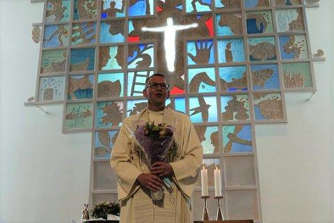 Oddbjørn Stangeland under innsettelsesseremonien i Veavågen kirke på Karmøy i januar. En måned senere giftet han seg i samme kirke.