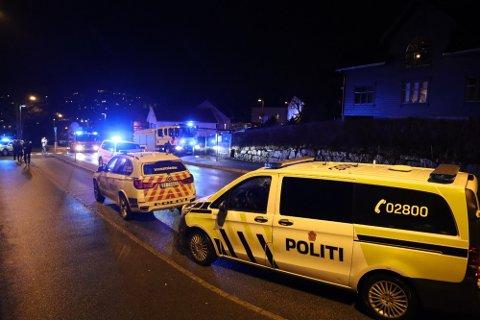 Store mengder væpna politi rykka ut etter at ei sterkt skadd kvinne blei funnen i ein brennande bustad på Ålgård i desember i fjor.