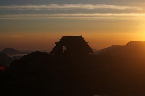 Dagsturhytta i Florø i solnedgang. I løpet av høsten får Gjesdal tilsvarende hytte i Madlansheia.