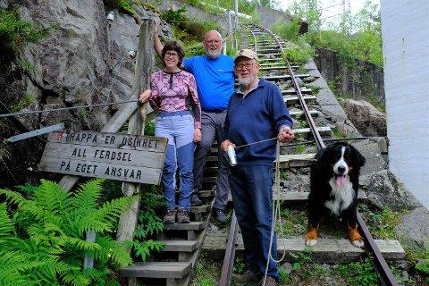 CP-rammede Inger Stokkeland (32) er strålende glad etter å ha gått opp hele Flørlitrappa sammen med flinke ledsagere fra Stavanger Turistforening. Støttene hennes er Odd Erik Haugstulen og Einar Berg. Hunden heter Balder og gikk også opp trappene med dem.