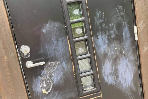Slik ser inngangsdøra til Oltedal fotballklubb ut etter at vandaler har vært på ferde.