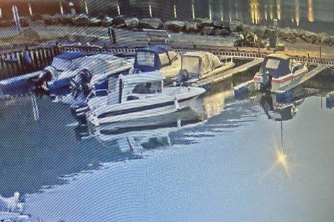 Her stikker noen av med en båt fra båthavna i Dirdal.