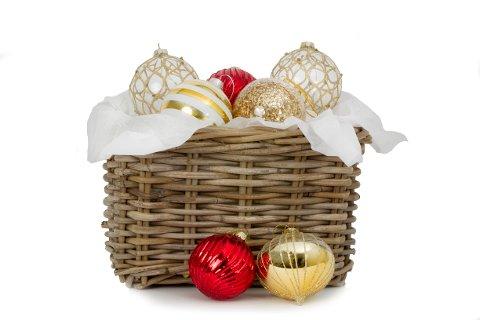 2. DESEMBER: Dagens premie er en kurv med julekuler gitt av Kremmertorget på Charlottenbergs Shoppingcenter, i tillegg til CD-en «Pelles Näst Bästa». Vi trekker også en vinner som kun får en CD.