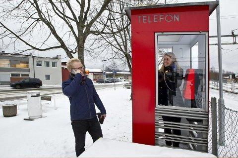HALLO: Nå blir den røde telefonkiosken på Skarnes vernet. Her snakker Lisbeth Damlien inne telefonkiosken med Ketil Damlien i mobilen.Bilder: Ole-Johnny Myhrvold