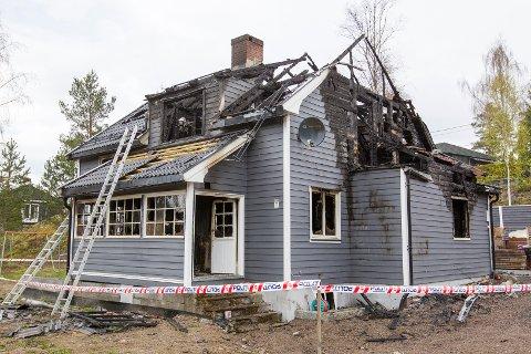 TOTALSKADD: Huset var overtent da brannmannskaper kom til stedet, og huset er totalskadd etter brannen. Foto: Kjell R. Hermansen