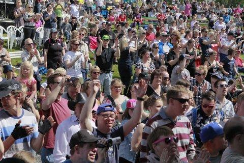 FOLKSOMT: Stemningen er god under Morodalsfestivalen.