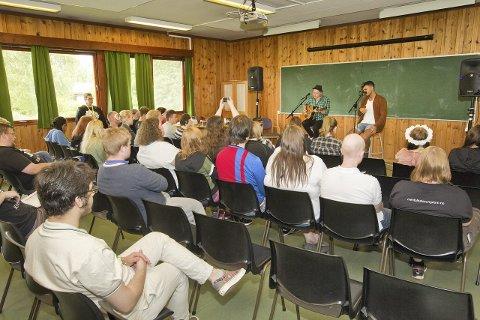 Konsert: Tooji og gitarist Magnus Rydland leverte en engasjerende intimkonsert for deltakerne på årets sommerleir på Bjerkely folkehøyskole. Foto: Kjell R. Hermansen