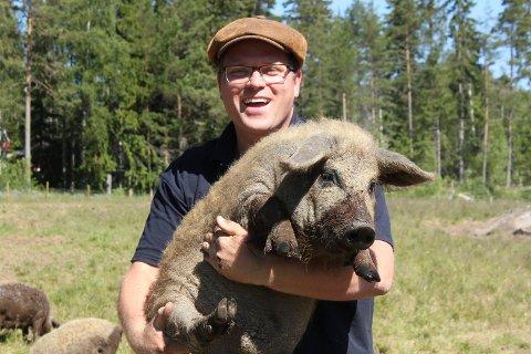NY RASE: Jon Inge Skyrudsmoen ville ha dyr da han og familien kjøpte småbruk. Valget falt på den ullete Mangalitsagrisen.