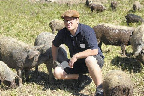 SELSKAPSSYKE: Jon Inge Skyrudsmoen klapper i hendene, og dermed kommer grisene løpende.