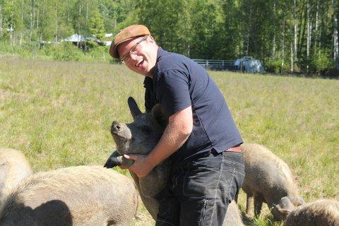 MORSOMME: Jon Inge Skyrudsmoen synes det er bra selskap i grisene, som er både kjælne og i godlune.