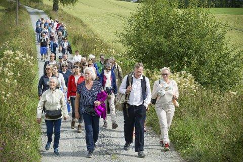 Enkevegen: På vandring fra Fenstad til Huser gård møtte helgas besøkende de tre presteenkene etter tur.