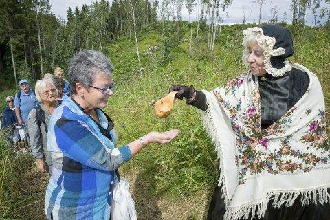 Monrads Enke: Presteenken Mette Kristine Monrad (Kari Sundby) deler ut kildevann med urter til Elly Olsen fra Råholt.