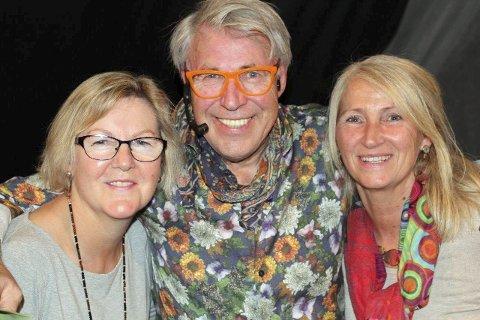 VENNSKAP: Finn Schjøll med sitt smittende humør får ofte nye venner. Her er han sammen med  blomsterglade Julie M. Taraldsen (t.v.) og Eidi G. Braaten etter showforedraget.