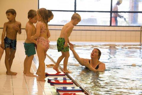 SVØMMEOPPLÆRING: Bente Ovlien og Kongsvinger svømmeklubb er godt i gang med basisoppplæringen til barna i Puttara FUS  barnehage. FOTO: PER HÅKON PETTERSEN