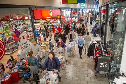"""Folk fra """"hele"""" Sør Norge kommer til Charlottenberg Shopingcenter for å julhandle. Selv om svenskekrona snart har samme kurs som den norske. FOTO: JENS HAUGEN"""