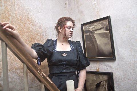 UHYGGELIG: Dagny Juel, spilt av Maren Sofie Løfsgaard, skremte vettet av rundt 50 spøkelsesvandrere da hun gråtende i etasjen over stanset følget i bunnen av trappa, for så å komme skrikende ned.