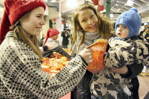GODTEPOSE: Live Mastad (t.v.) deler ut godtepose til Storm Andersson og mamma Cecilie Andersson.