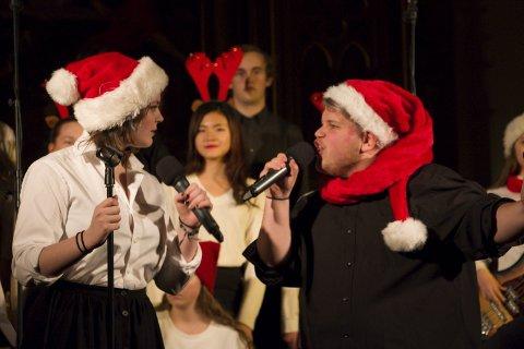 DUETT: Mina Riis og Christer Holmen Bakken var solister da musikklinja framførte The Pogues-klassikeren «Fairytales of New York».