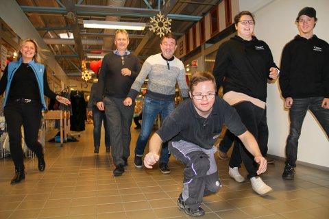 HOPPENDE GLADE: Med Morodalsfestivalens frontfigur Marius Kristiansen i spissen kunne fire lokale lag og foreninger juble for penger.