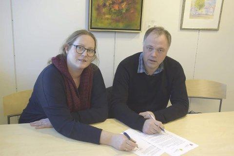 KRITISKE: De to Ap-ordførerne Lise Selnes og Knut Hvithammer etterlyser flere svar på hvorfor det er lønnsomt å legge ned Skarnes videregående skole. FOTO: SØR-ODAL KOMMUNE