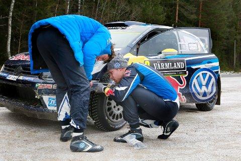 Kirkenær: 12.02.2016 Rally Sweden på Finnskogen. Andreas Mikkelsen stripper sammen bilen ved Røgden sammen med Kartleser Anders Jæger.