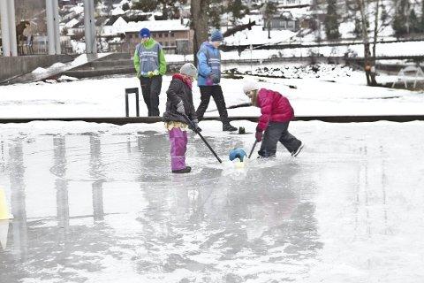 OVERVANN: Selv med tjue centimeter overvann går det fint an å spille ishockey.