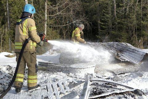 BLUSSET OPP: Brannvesenet etterslokker lørdag ettermiddag.