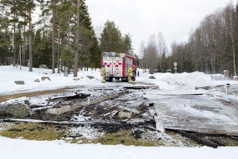 ETTERSLOKKET: Brannvesenet kom til en nedbrent bygning. Her lørdag ettermiddag.