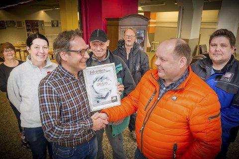 PRISUTDELING:  Geir Hagerud, til venstre, mottar her Jobzone-prisen for 2016 av daglig leder ved Kongsvinger kontoret, Per Toni Grundt. Samarbeidspartnere og deltagere på julefeiringen var til stede.