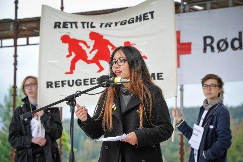 """""""Solidaritet med flyktningene"""" arrangement i Byparken Kongsvinger. Appeller av representanter fra forskjellige politiske partier i Kongsvinger. 50 æ- 60 personer hadde møtt fram. FOTO: JENS HAUGEN"""
