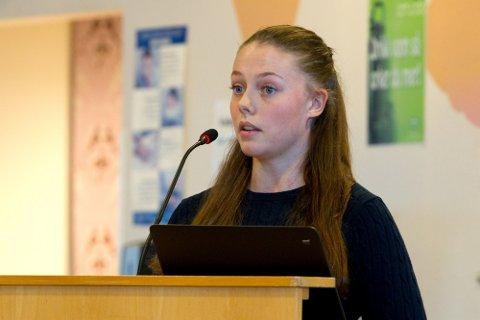 NETTVETT: SOBUR-leder, Marlene Halvorsen Myhrer snakket til fordel for en ny storskole, men satte også de voksne ettertrykkelig på plass ved å etterlyse nettvett og beherskelse i skoledebatten på sosiale medier.