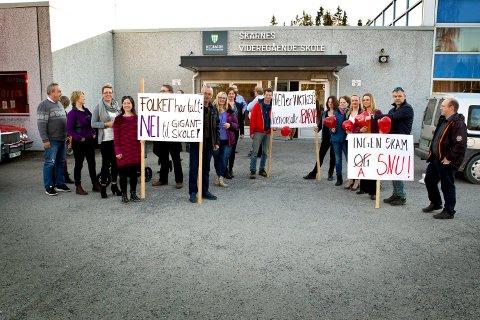 Demonstranter møtte opp utenfor kommunestyremøtet for å kjempe for grendeskoilene