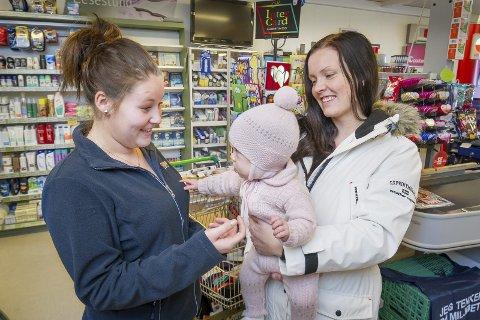 Bekymret: Thea Martinsen (t.v.) og Jenny Gusterud, med lille Tuva på armen, er bekymret for grendas framtid etter skolevedtaket. bilder: jens haugen