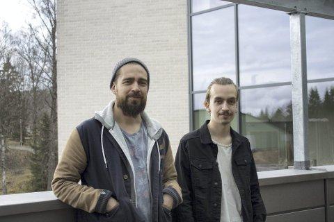 DET SKJER I HEMMELIGHET: Michael og Joachim Olsson er med på å arrangere konsertene som foregår i hemmelighet i Kongsvinger. Foto: Oda Martine Kordahl