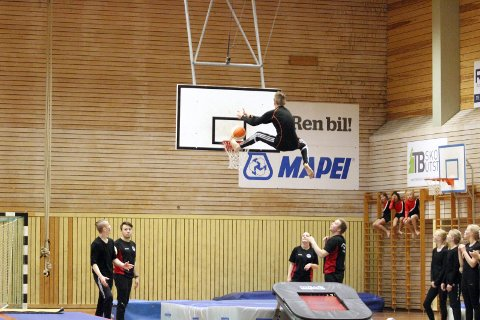 Mål: Det var mange turnere som deltok på oppvisningen lørdag, og NM-gutta fikk prøve seg på trampolina og prøve å få basketballen i kurven. Noen mål ble det.