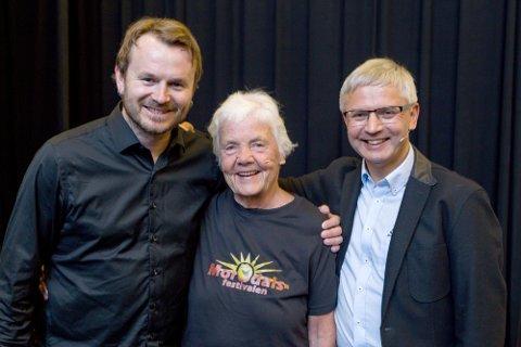 ÅPNET: Morodalsfestivalen er åpnet med Bjarne Tesen og hans gjester Astrid Nøklebye Heiberg og musiker Knut Anders Sørum i Milepelen.