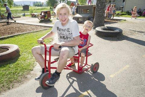 KAMP OM SYKLENE: Stian Lund Helgestad husker det var kamp om syklene da han gikk i Sander barnehage. Her frisker han opp gamle minner sammen med lillebror Joakim Lund Duestad.