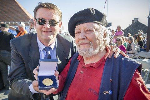 Medalje: Åsnessokningen Trond Inge Fjordwigen delte ut illegale aviser i Oslo under andre verdenskrig. Nå har han blitt overrakt regjeringens minnemedalje av ordføreren i Åsnes Ørjan Bue.