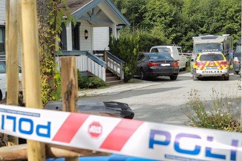 ÅSTEDET: Etterforskning pågår på stedet hvor mannen i 50-årene ble drept tirsdag kveld.