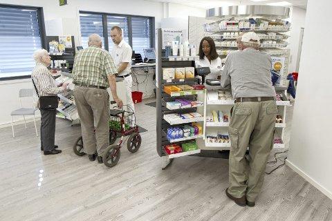 Kunder: Mange var innom det nye apoteket på åpningsdagen.