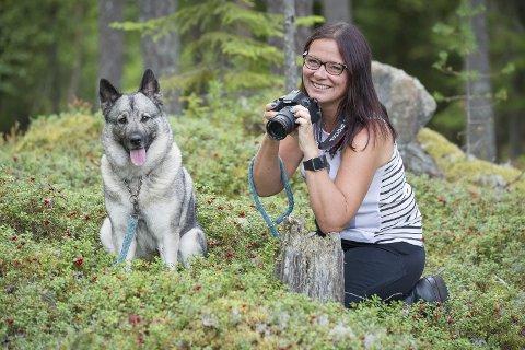 Tålmodig: Dina venter tålmodig på matmor Laila Seigerud. Det kan bli mange fotostopp når de to turkameratene er ute i skog og mark. Det er natur- og nærbilder som er Lailas favoritter og hun bruker mye tid på hobbyen sin.