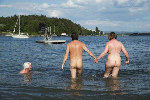 NATURISME: Denne stranden på Kalvøya er blant landets største fristrender. Tar du en dukkert i badesesongen, er du garantert ikke alene.