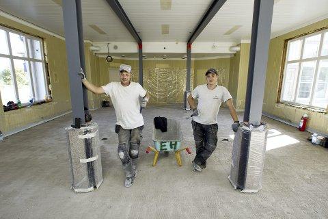 ARBEIDSKARER: Disse to polske arbeidskarene, Zbignew Józef Tomczyk (t.v.) og Sebastian Norbert Gadumski utfører jobben med å pusse opp venterommet.